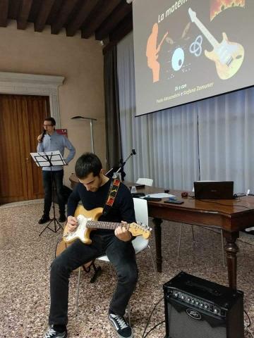 """Durante lo spettacolo """"La matematica è rock"""" a Portogruaro (novembre 2017)"""